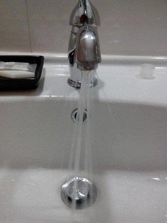Hotel Repubblica Marinara : le robinet de la salle de bain... des fils d'eau