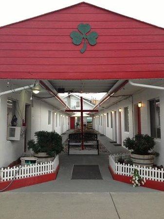 Northwestern Motel & RV Park : courtyard