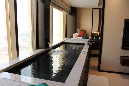 Banyan Tree Macau : 窓際の室内プール