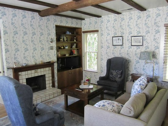 Cheshire Cat Inn: A small apartment away from the main houses