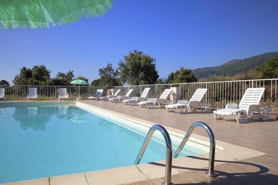 Residence Riviera : piscine avec vue sur la montagne