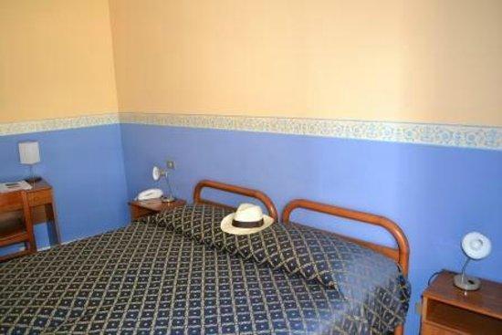 Hotel Calypso: Twin bedroom, very clean.