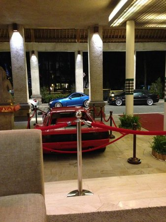 Kuta Paradiso Hotel: Shot of the outside taken from the Paradiso foyer