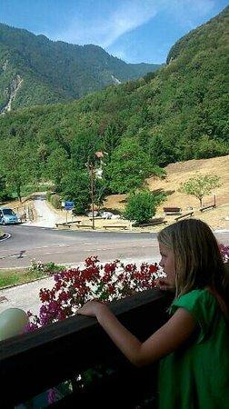Club Hotel Lago di Tenno: Udsigten fra hotellet mod parkeringen