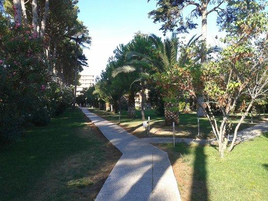 Park Hotel Marinetta : passaggio pedonale adiacente alla piscina che porta fuori dall'hotel