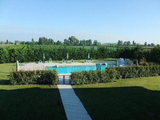 Il Milione Country House: Blick über den Pool in die Weingärten