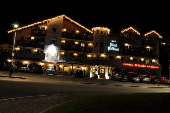 Hotel El Ciasel: Hotel visto in notturna