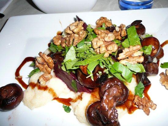 Humphrey's: Overheerlijk vegetarisch gerecht (selderijmousse, met geroosterde bietjes, champignons, walnoten
