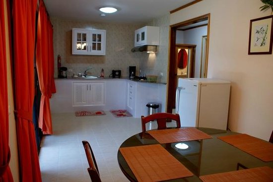 Mountain View Villas: Villa Dining Room and Kitchen Facilities