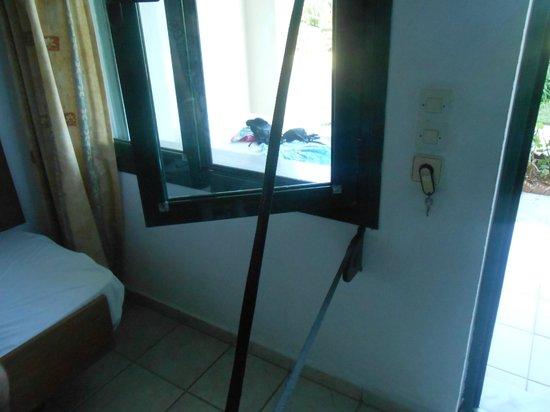 Hotel Gortyna: Volet cassé
