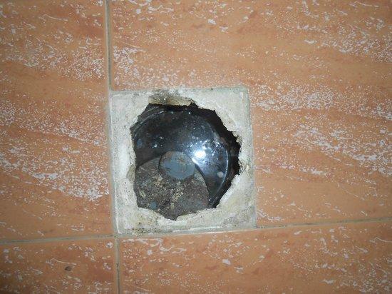 Hotel Gortyna: L'évacuation de la salle de bain d'où ressort l'eau de la douche