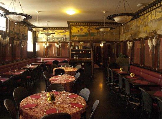 Ristorante Antico Martini: intérieur démodé et sombre