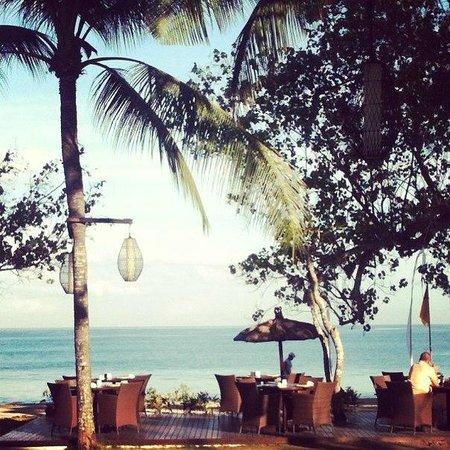 Belmond Jimbaran Puri: ресторан для завтраков и ужинов практически на пляже (garden)