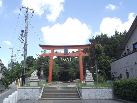 Inage Sengen Jinja Shrine: 二の鳥居  (右奥が参道)