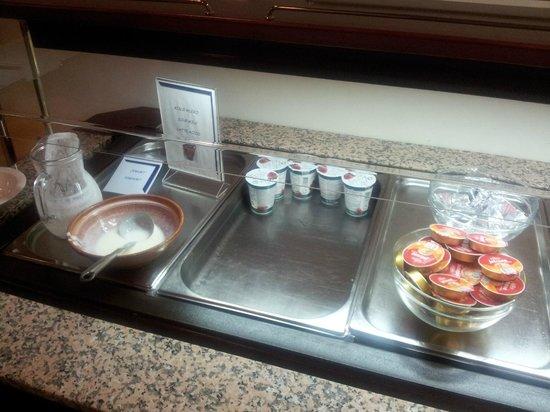 Hotel Cerkno: 8-00 утра,кто не успел-купи сам себе завтрак.