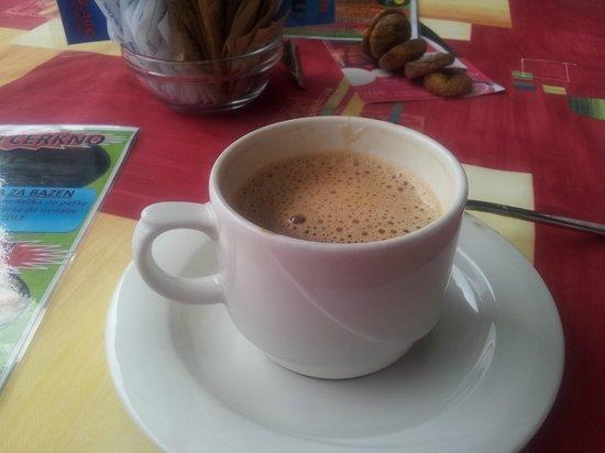 Hotel Cerkno: чашка капучино за 1.5 евро.в баре отеля наполняют на 2/3 кружки.