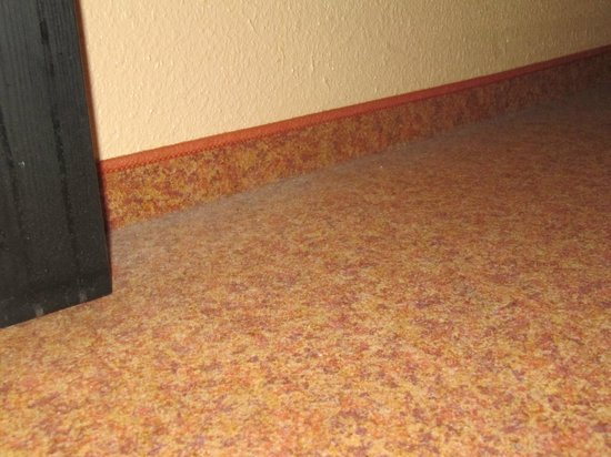 Hotel ibis Wien Mariahilf: Пыль под кроватью