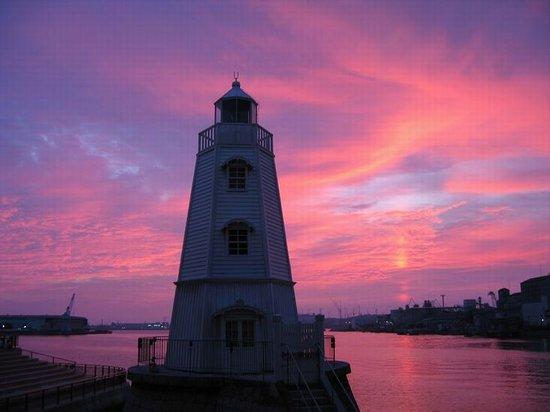 Previous Sakai Light House: 灯台の夕日です。カメラを持った人が数人いました。