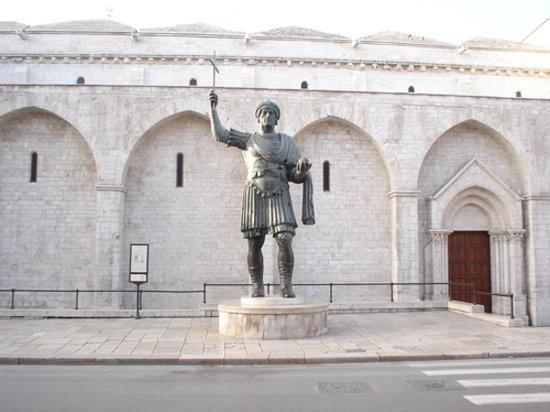 casolaro point barletta statue - photo#5