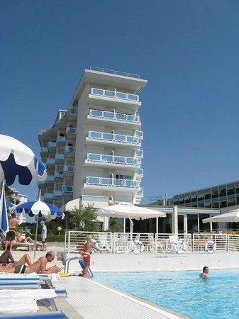 Hotel Majestic Beach: Vista dell'hotel dalla piscina