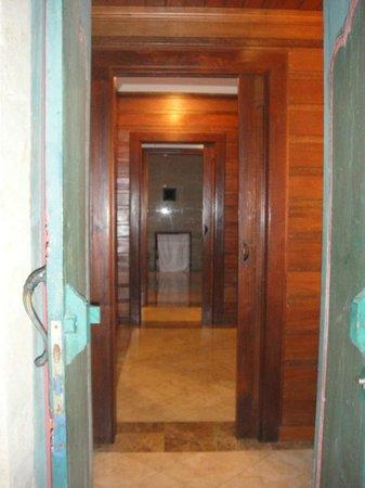 Puri Wulandari Boutique Resort: Dressing room and bathroom as seen from the villa entrance