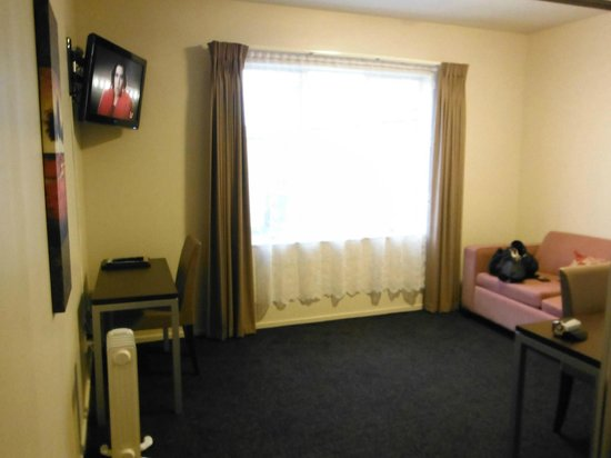 540 on Great South Motel: Living Area, room 11