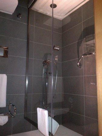Point Hotel Taksim: Shower area