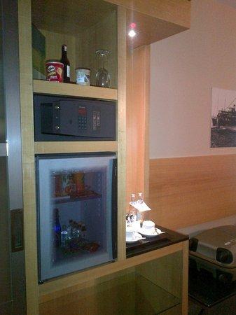 Point Hotel Taksim: The locker and the minibar