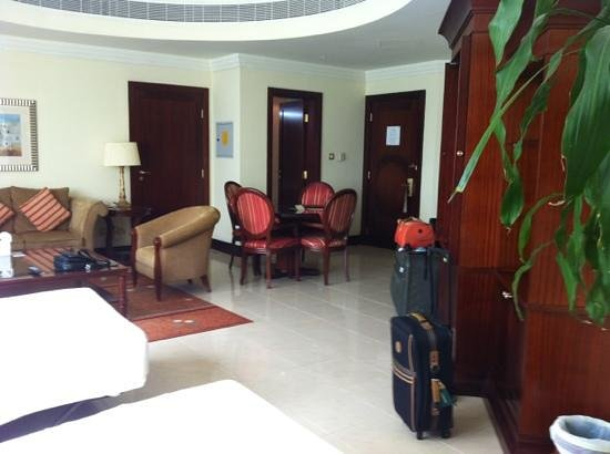 Pearl City Suites: living/dining room