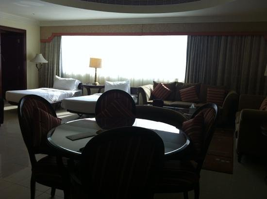Pearl City Suites: living room