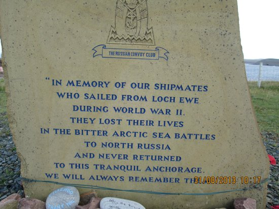 Poolewe Hotel: Monument to the seamen who sailed from Poolewe to Murmansk during WW2