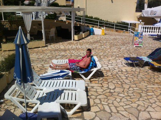 Kerkyra Island Studio Apartments: area between our apartment and pool and bar etc