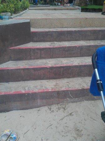 Cha-Da Beach Resort & Spa: Varför bygger dom inte en ramp så att man kan komma ner och upp med barnvagn?