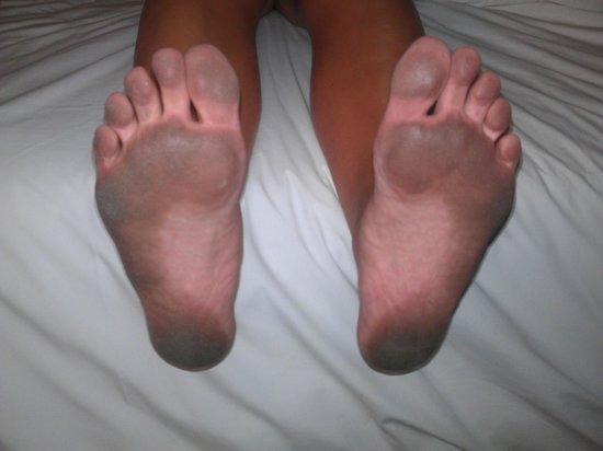 Cha-Da Beach Resort & Spa: Så här såg fötterna ut efter att gått i rummet en timme efter deras så kallade städning