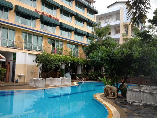 New Siam Riverside Guest House: Pool and garden area early morning