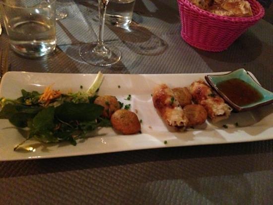 La Maison Bleue : assiette de nems et accras