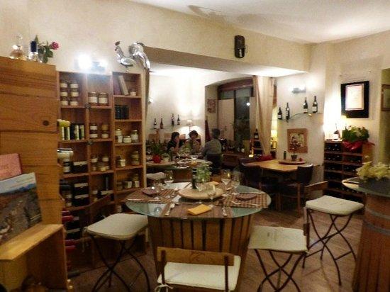 La Table - Cuisinier Caviste: tables en forme de tonneaux