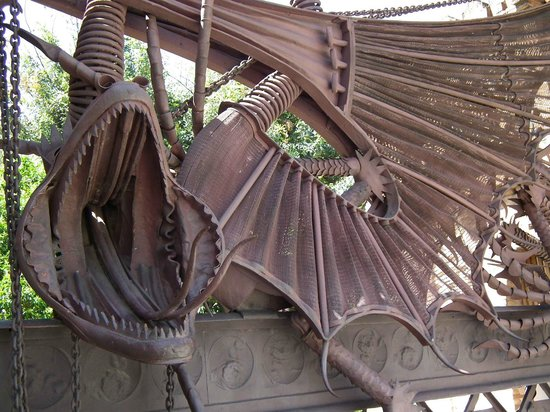 Los Pabellones de la Finca Güell: 門の装飾はドラゴンです。