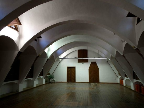 Los Pabellones de la Finca Güell: 元の厩の内部です。後には工科大学の教室ともなっていた時期があります。
