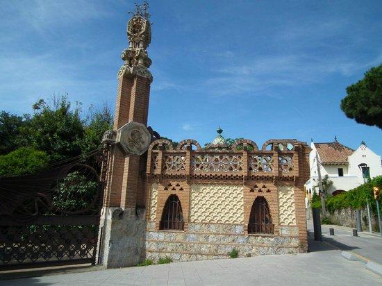 Los Pabellones de la Finca Güell: 正面門の脇に元の厩が。
