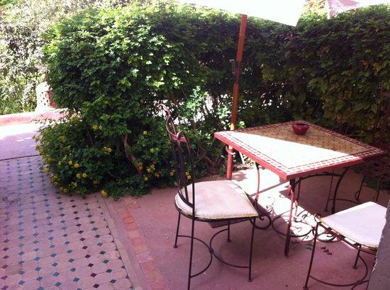 Hotel Dar Zitoune: terras bij bungalow