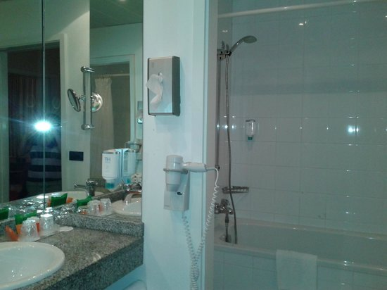 NH Munchen Unterhaching: Bathroom and closet