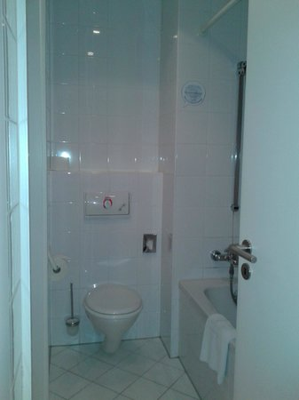 NH München Unterhaching: Bathroom (very clean)