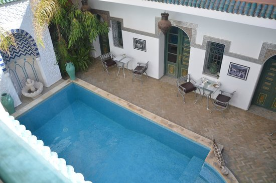 Riad Dar Alfarah: pool and room
