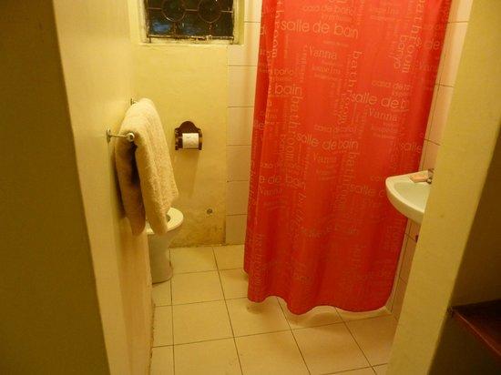 Le Jacaranda Hotel: La salle de bain de la chambre située dans l'annexe