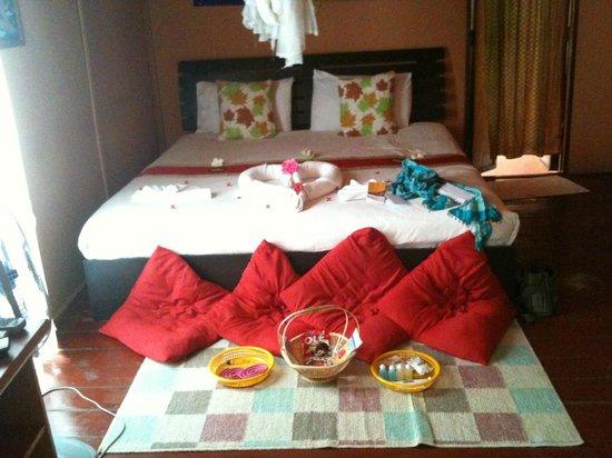 """Kantiang Oasis Resort & Spa: Bett mit """"liebevoll arrangierten Aufmerksamkeiten""""..."""