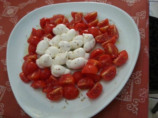Largo Trevisani: La nostra Caprese. Pomodoro e nodini di mozzarella.