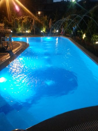 Leonidas Hotel & Apts : Bassenget på kveldstid