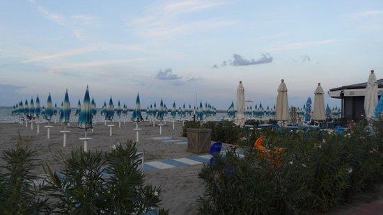 Camping Villaggio Rubicone: Plage avec parasols