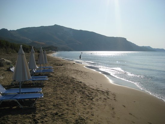 Venus Hotel & Suites : Early morning at the beach